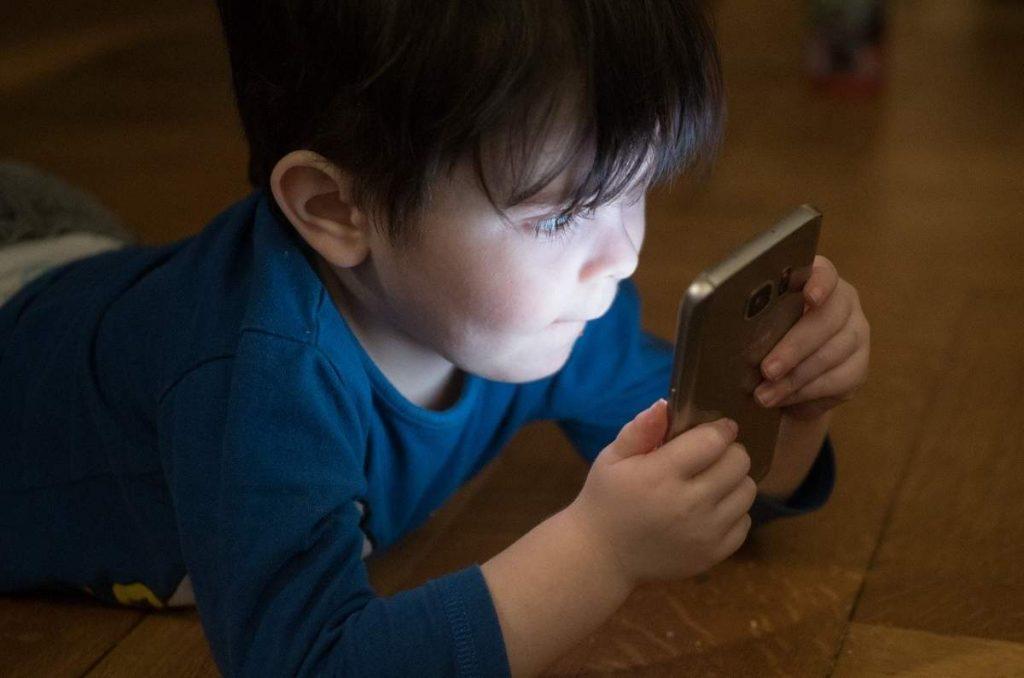 Criança com celular